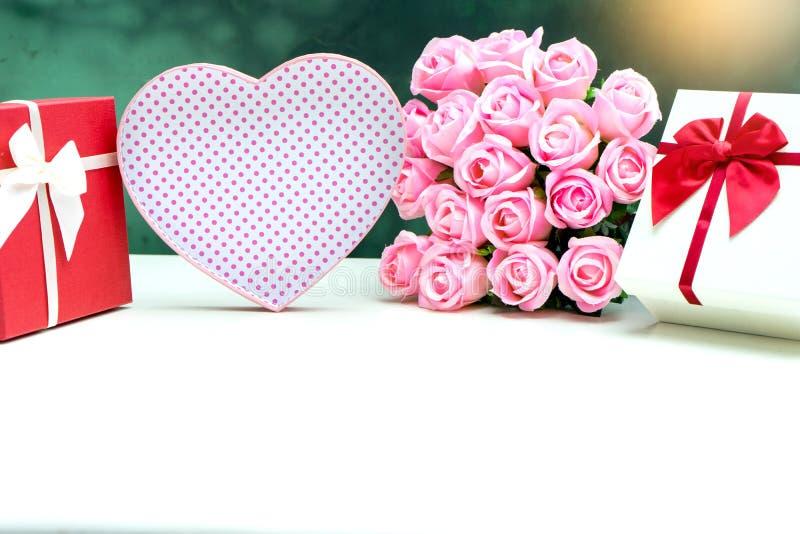 contenitore di regalo con il fiore della rosa di rosa per il biglietto di S. Valentino dell'amante fotografia stock libera da diritti