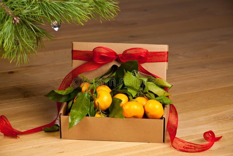 Contenitore di regalo con il mandarino fotografie stock