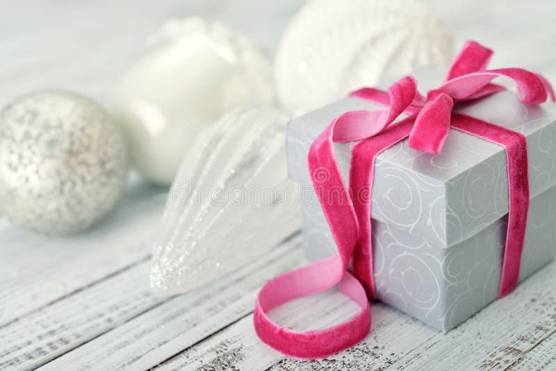 Contenitore di regalo con il nastro dentellare immagine stock