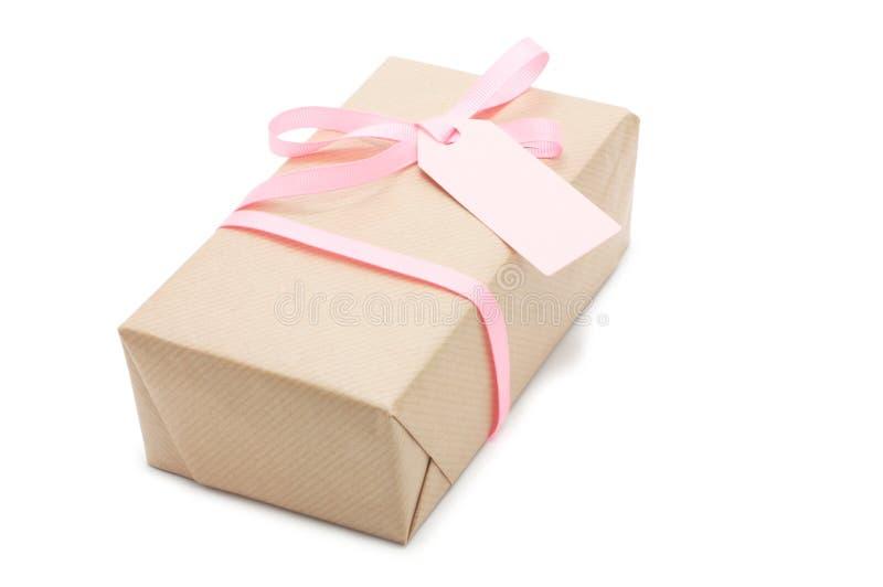 Contenitore di regalo con il nastro e l'etichetta rosa. immagine stock