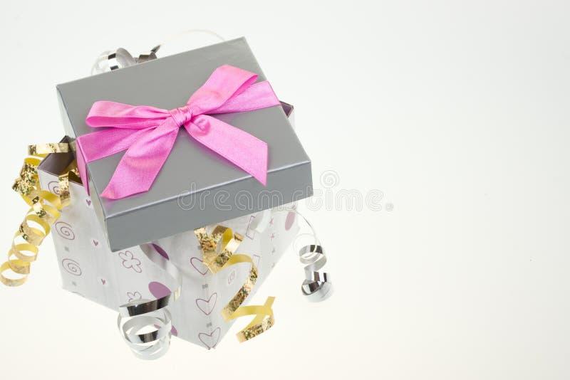 Contenitore di regalo con l'arco ed il nastro immagine stock