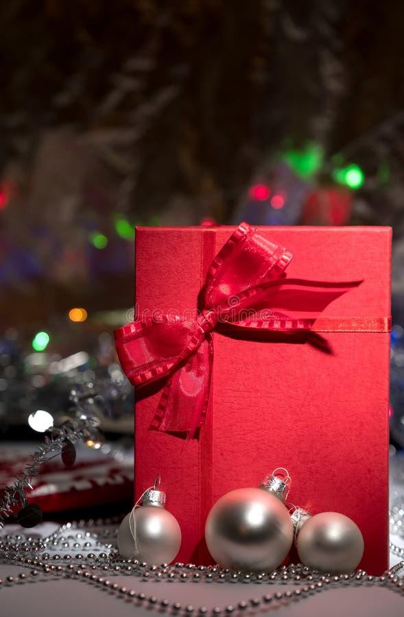 Contenitore di regalo con l'arco rosso su fondo astratto immagini stock libere da diritti
