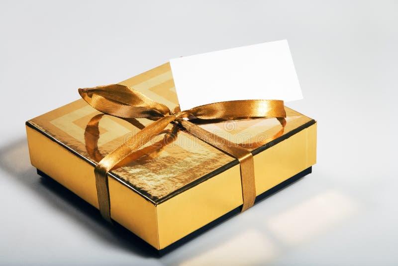 Contenitore di regalo con la scheda in bianco fotografia stock libera da diritti