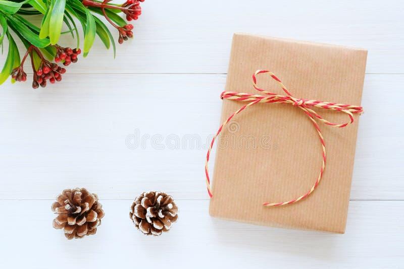 Contenitore di regalo d'annata di Brown su fondo di legno bianco con lo spazio della copia, il Natale, il nuovo anno, il San Vale immagini stock libere da diritti