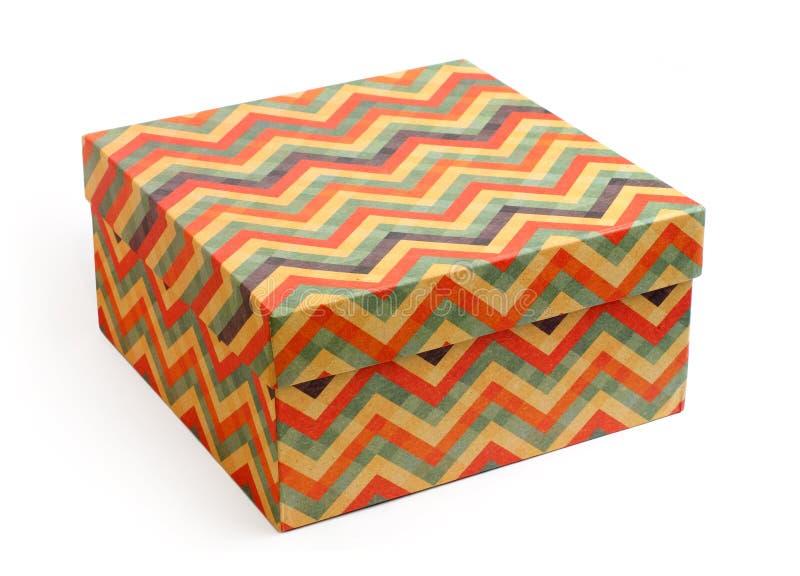 Contenitore di regalo d'annata con le bande multicolori di zigzag immagini stock libere da diritti