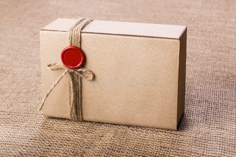Contenitore di regalo d'annata del cartone immagini stock
