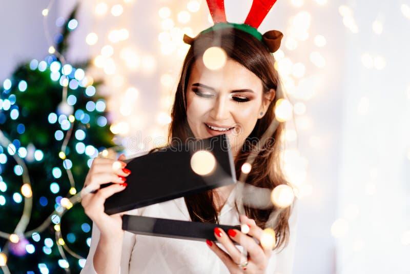 Contenitore di regalo d'apertura dei gioielli della bella giovane donna emozionante felice fotografia stock libera da diritti