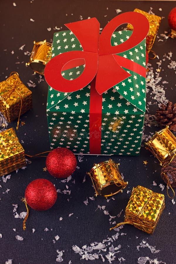Contenitore di regalo decorativo di Natale, palla immagini stock