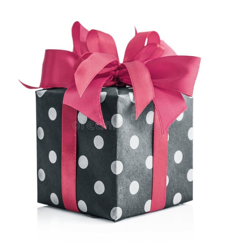 Contenitore di regalo del pois con il nastro rosa immagini stock libere da diritti