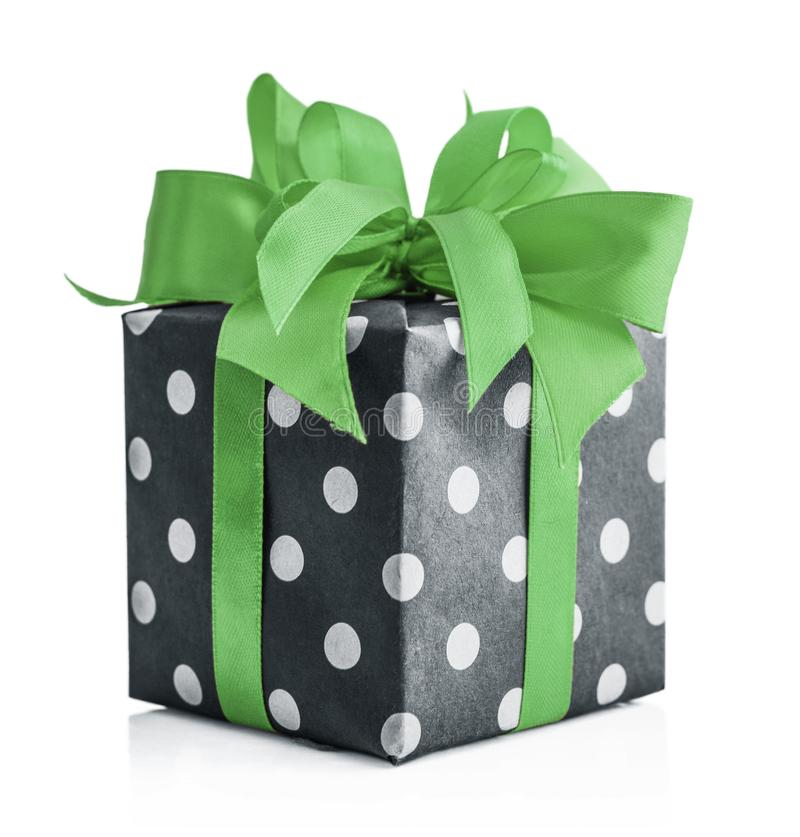 Contenitore di regalo del pois con il nastro verde immagine stock