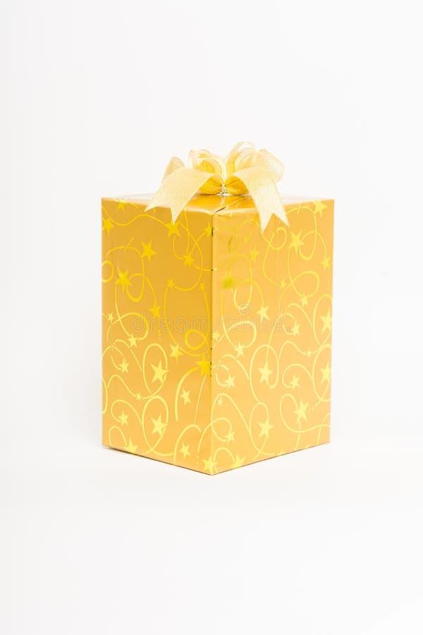 Contenitore di regalo dell'oro con l'isolato dell'arco immagini stock libere da diritti