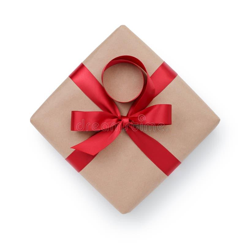 Contenitore di regalo della carta kraft con l'arco del nastro da sopra fotografia stock libera da diritti