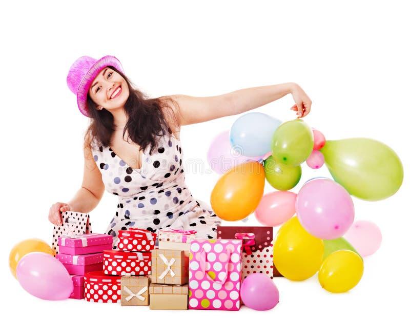 Contenitore di regalo della holding della donna alla festa di compleanno. fotografia stock libera da diritti