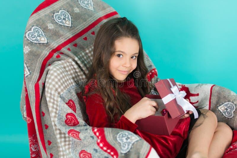 Contenitore di regalo della tenuta della bambina del bambino Regalo disimballante emozionante del bambino La piccola ragazza sveg immagini stock