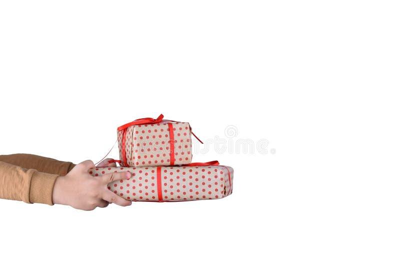 Contenitore di regalo della tenuta del bambino della mano sull'isolato su con il percorso di ritaglio Immagine del regalo di nata fotografie stock