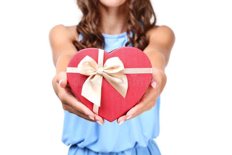 Contenitore di regalo della tenuta della ragazza fotografia stock