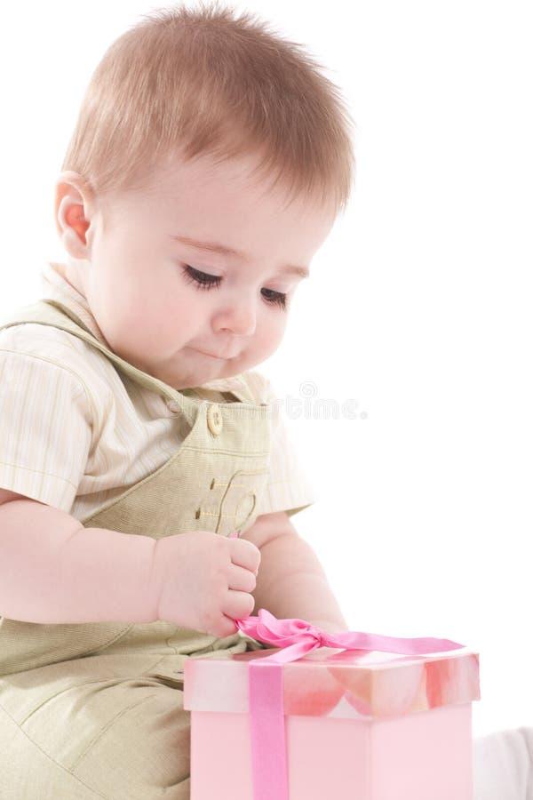 Contenitore di regalo dentellare aperto del neonato piccolo immagine stock libera da diritti