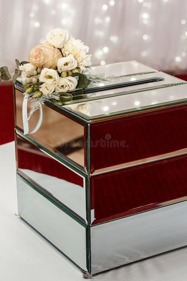 Contenitore di regalo di lusso di nozze con le rose e la decorazione dorata costosa AR immagini stock
