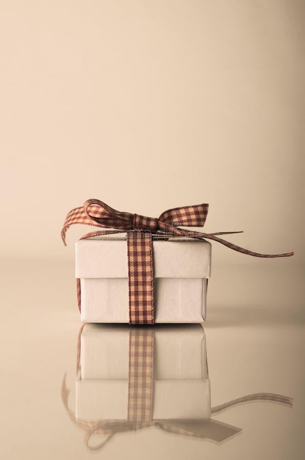 Contenitore di regalo di natale bianco di Retrol con il nastro del percalle fotografia stock libera da diritti