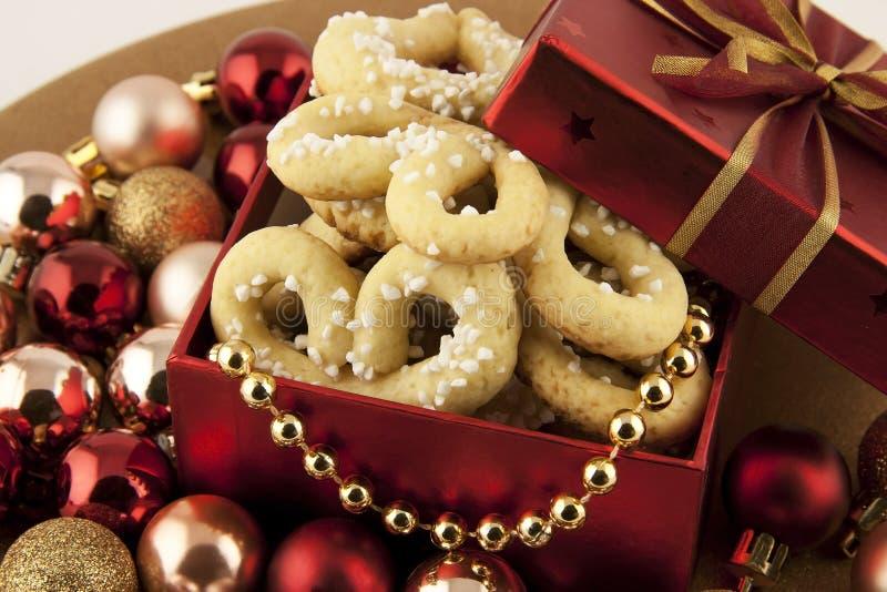 Contenitore di regalo di Natale con i biscotti immagine stock