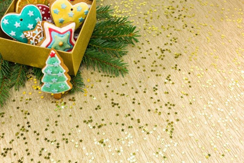 Contenitore di regalo di Natale con i biscotti del pan di zenzero fotografia stock