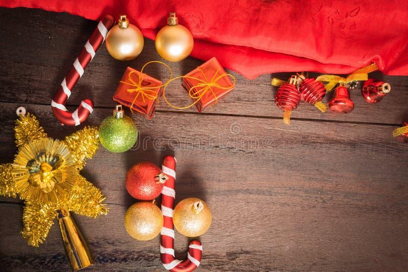 Contenitore di regalo di Natale, decorazione dell'alimento e ramo di albero dell'abete sulla tavola di legno immagini stock