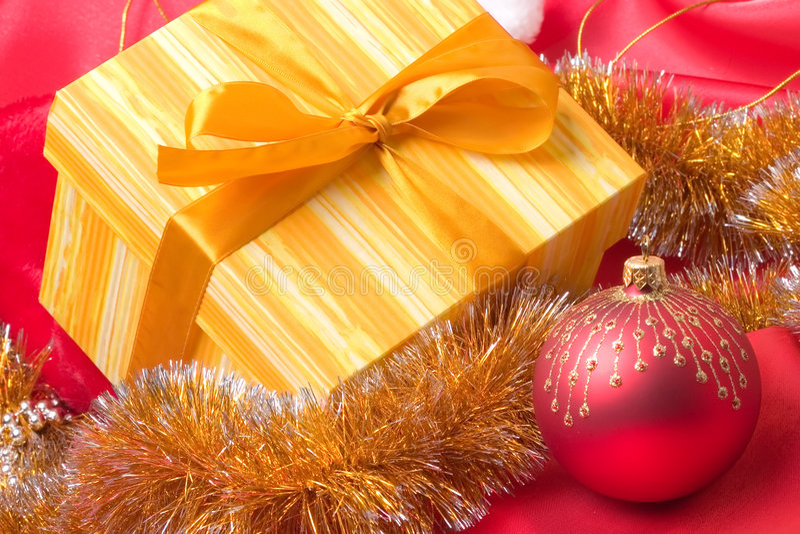 Contenitore di regalo e decorazione di natale fotografie stock libere da diritti