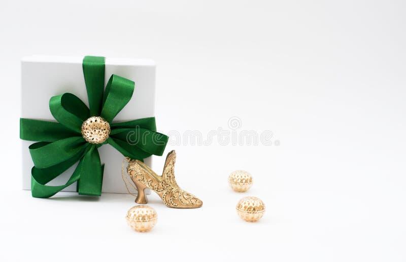 Contenitore di regalo e una scarpa immagine stock libera da diritti