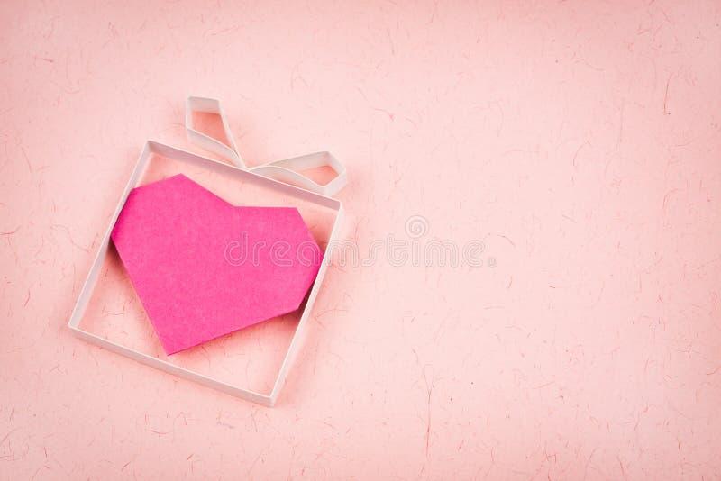 Contenitore di regalo fatto a mano con cuore dentro immagine stock