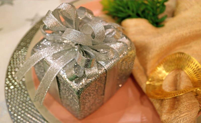 Contenitore di regalo a forma di del quadrato d'argento splendido di scintillio sul piatto d'argento fotografia stock libera da diritti