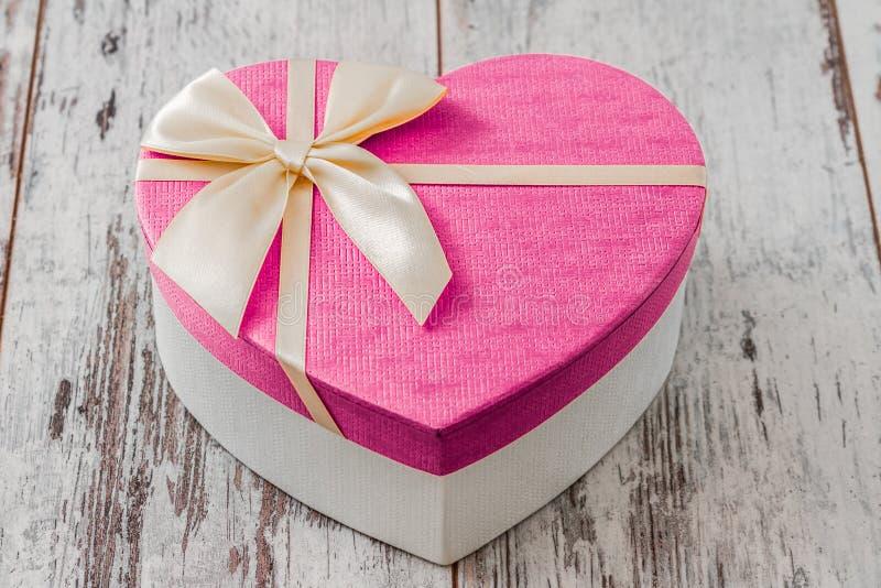 Contenitore di regalo a forma di del cuore immagini stock libere da diritti