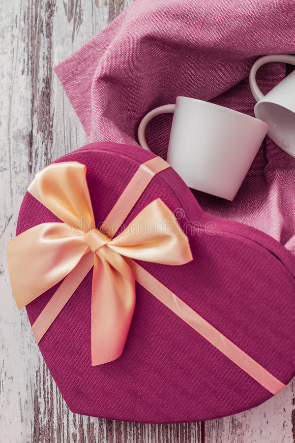 Contenitore di regalo a forma di del cuore fotografie stock