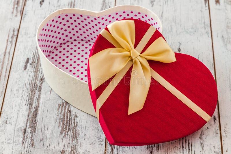 Contenitore di regalo a forma di del cuore immagini stock