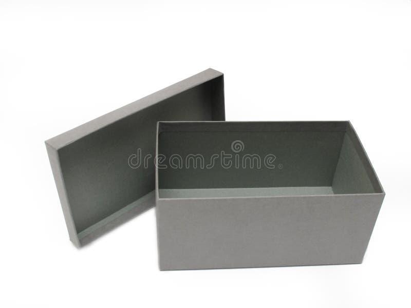 Contenitore di regalo grigio contro una priorità bassa bianca fotografie stock libere da diritti