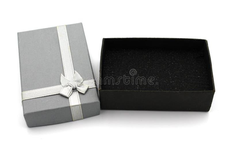 Contenitore di regalo grigio isolato su fondo bianco fotografia stock