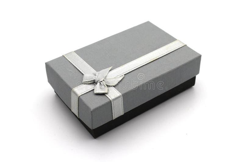 Contenitore di regalo grigio isolato su fondo bianco fotografia stock libera da diritti