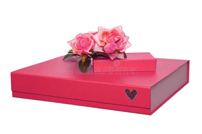 Contenitore di regalo isolato Il primo piano di grande e piccolo contenitore di regalo rosso con un mazzo di belle rose rosse su  fotografie stock libere da diritti