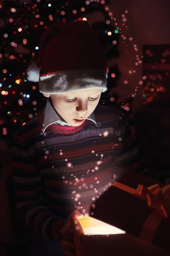 Contenitore di regalo magico di Natale immagini stock