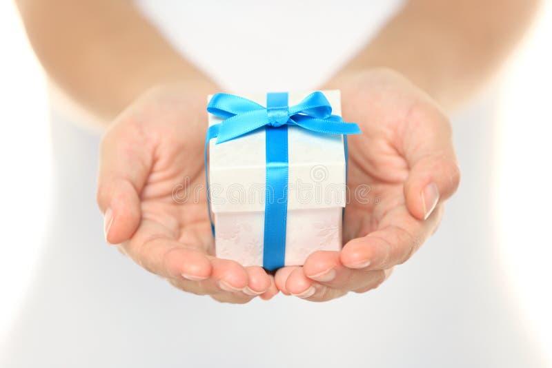 Contenitore di regalo in mani femminili fotografia stock