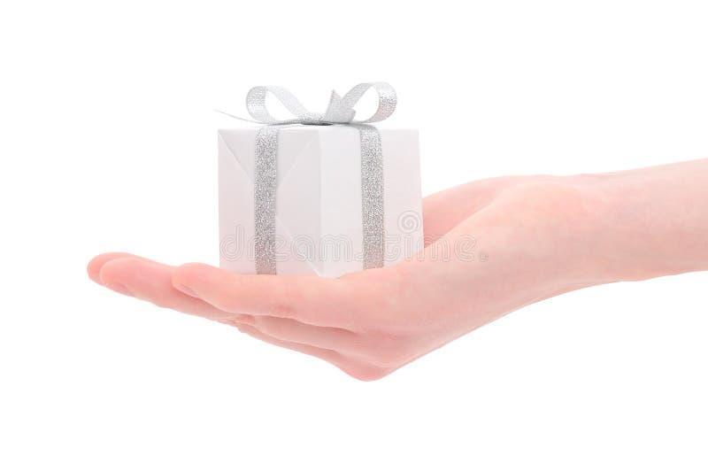 Contenitore di regalo in mano della donna immagini stock libere da diritti