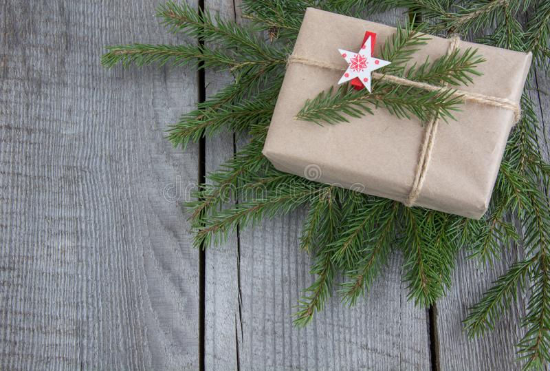 Contenitore di regalo di Natale sulla tavola di legno, artigianato che si avvolge, pergamena, cordicella, ramoscelli dell'albero  fotografie stock libere da diritti