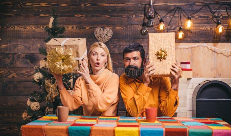 Contenitore di regalo di nuovo anno Nuovo anno Nuovo anno felice della famiglia Priorità bassa di natale fotografia stock libera da diritti