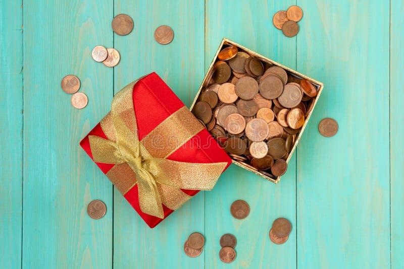 Contenitore di regalo in pieno delle monete immagini stock