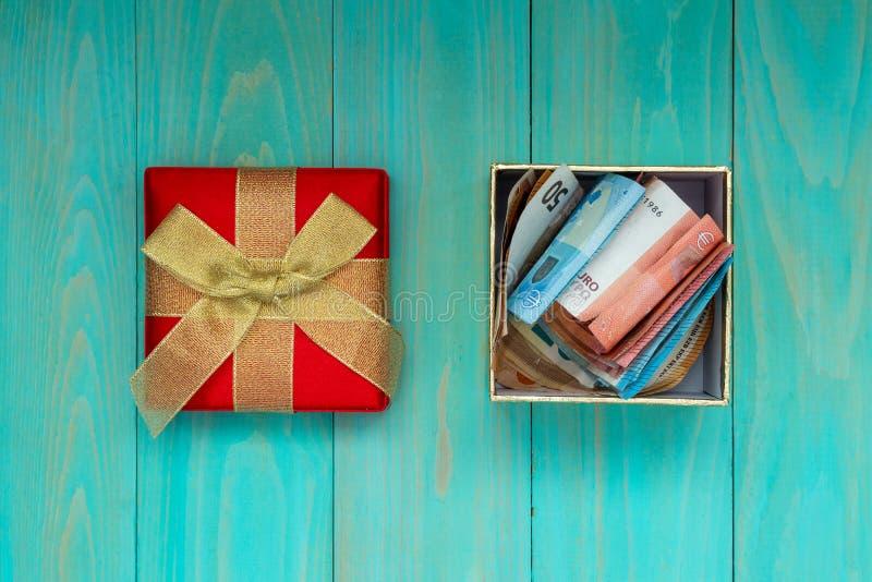 Contenitore di regalo in pieno di euro banconote immagini stock