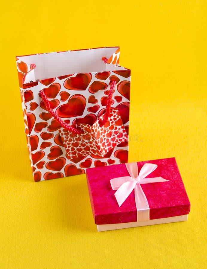 Contenitore di regalo rosa fotografie stock libere da diritti