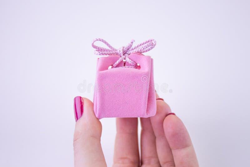 Contenitore di regalo rosa con il nastro per le decorazioni a disposizione Regalo festivo ad una ragazza o ad una donna fotografie stock libere da diritti