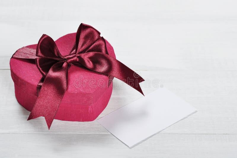 Contenitore di regalo rosa di giorno di biglietti di S. Valentino fotografia stock libera da diritti