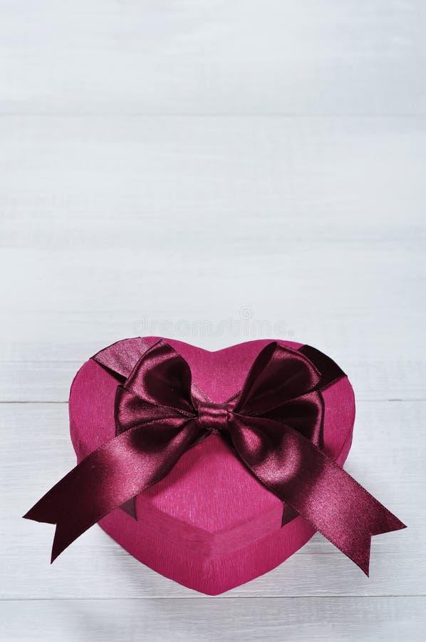 Contenitore di regalo rosa a forma di del cuore immagini stock