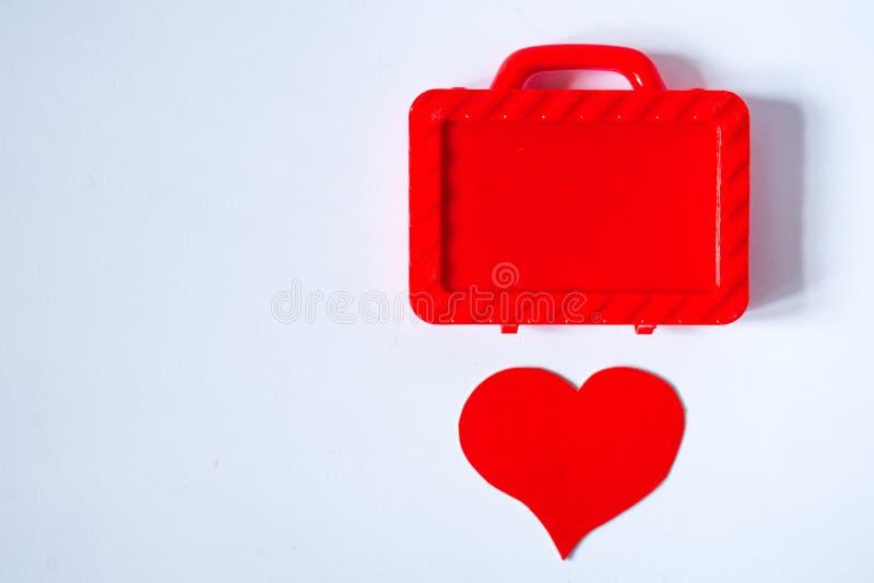 Contenitore di regalo rosso astratto con il fondo di arte del cuore immagine stock libera da diritti