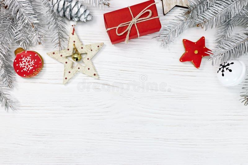 Contenitore di regalo rosso, biscotti casalinghi del pan di zenzero e natale d'argento fotografie stock libere da diritti